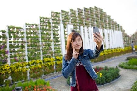 Du khách ghi lại khoảnh khắc đẹp với lễ hội hoa ở Bà Nà (Đà Nẵng)