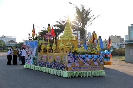 Các Phật tử chờ dâng hoa chào đón đoàn diễu hành mừng Đại lễ Phật đản