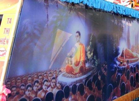 Các áp phích, chi tiết trang trí trên xe hoa tái hiện Phật tích