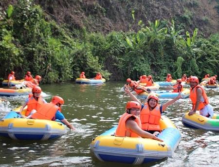 Trải nghiệm trượt thác thiên nhiên Hòa Phú Thành