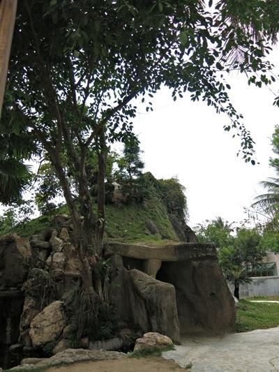 Hang động bên trong quả đồi nhân tạo trong khuôn viên nhà thờ