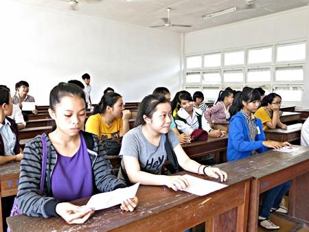 PGS.TS Trần Văn Nam - Giám đốc ĐH Đà Nẵng thăm hỏi thí sinh tại Hội đồng thi CĐ Công nghệ.