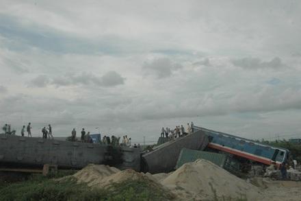 Hiện trường vụ tai nạn giữa tàu hỏa và xe container (ảnh: Thu Hằng)