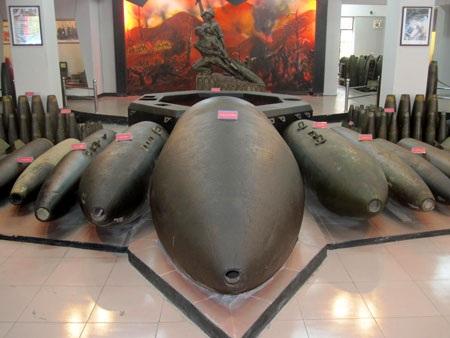 Bom phát quang 12000 LBS