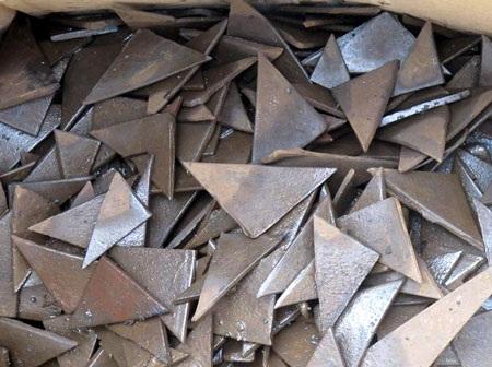 Những mảnh kim loại này bị phát hiện rơi vãi ở khu bay Cảng Hàng không Quốc tế