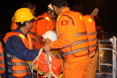 Đưa nạn nhân sang tàu cứu nạn để cấp cứu