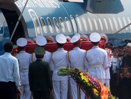 Linh cữu Đại tướng được đưa lên chuyên cơ VN103 để tiếp tục hành trình về quê hương