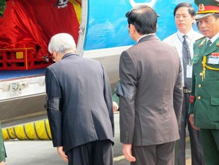 Tổng Bí thứ Nguyễn Phú Trọng kính cẩn chào từ biệt Đại tướng Võ Nguyên Giáp