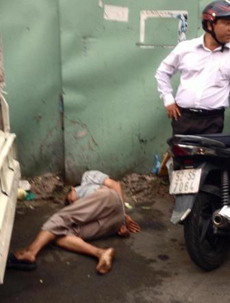 Người bán hàng rong bị dân phóng đánh đến ngất xỉu sau đó