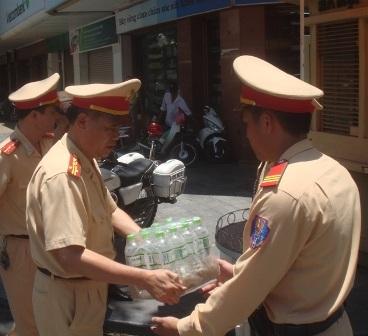 Vị Trưởng phòng PC67 mang nước tới cho các chiến sỹ đang làm nhiệm vụ