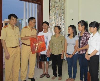 Đại tá Đào Vịnh Thắng thăm hỏi, tặng quà các thí sinh và gia đình thí sinh
