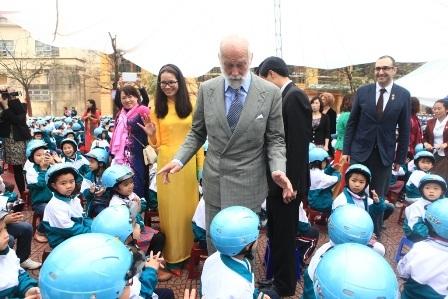 Hoàng tử Michael thăm hỏi các em học sinh trường Vạn Phúc