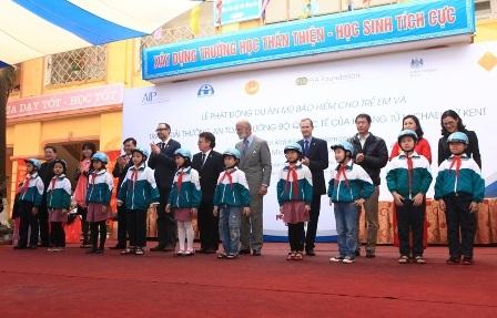 Các em học sinh trường Tiểu học Vạn Phúc được tặng mũ bảo hiểm