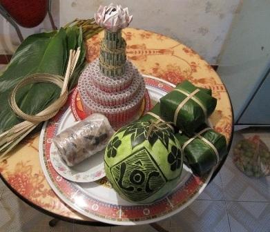 Nhiều người mua dưa hấu có khắc chữ và hoa văn để thờ Tết