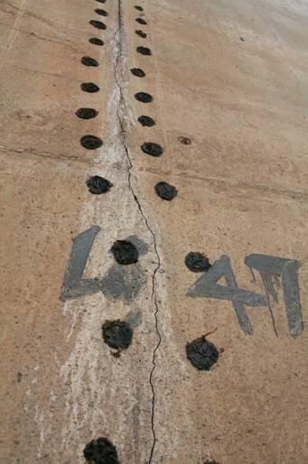 Vết nứt kéo dài trên trụ H22 cầu Vĩnh Tuy