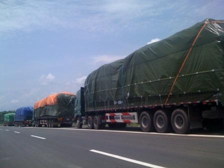 Những xe này chở lúa gạo từ Hải Phòng, Quảng Ninh lên biên giới Việt - Trung và ngược lại