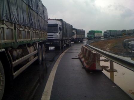 Xe quá tải chạy ầm ầm trên cao tốc Nội Bài - Lào Cai chưa thi công xong để né các trạm cân