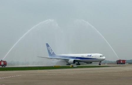 Chuyến bay khai trương của ANA trong nghi thức phun vòi rồng tại sân bay Nội Bài