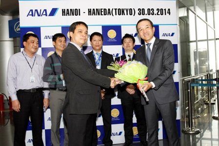 Lãnh đạo Cảng Hàng không quốc tế Nội Bài và đại diện ANA trong lễ khai trương