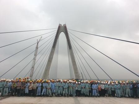 Đội ngũ kỹ sư làm việc trên công trường cầu Nhật Tân đã có những tháng ngày làm