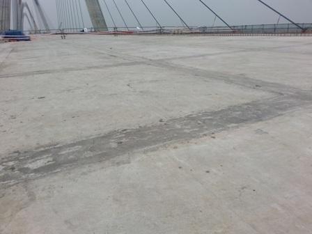 Bản mặt cầu bê công cốt thép, mặt cắt ngang rộng 33,2m với 8 làn xe chạy