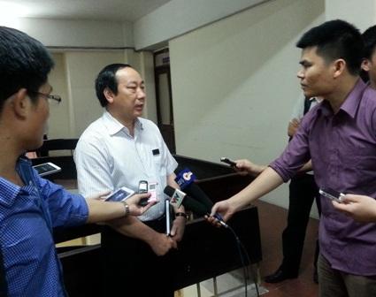 Thứ trưởng Nguyễn Hồng Trường trả lời phỏng vấn báo chí sau mỗi buổi thi