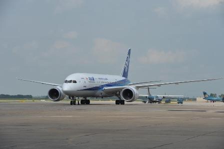 Siêu máy bay Boeing 787 tại sân bay quốc tế Nội Bài hôm 1/6