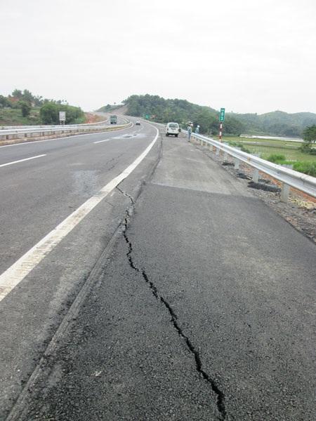 Vết nứt mặt đường cao tốc Nội Bài - Lào Cai tương đối lớn là điều bất thường