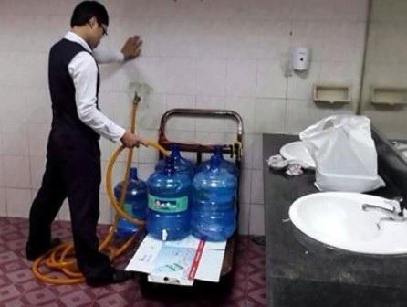 Lấy nước trong nhà vệ sinh sân bay cho vào bình nước uống: Chỉ để lau rửa