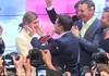 Diễn viên hài Ukraine cùng vợ ăn mừng chiến thắng bầu cử