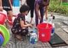 Hà Nội: Người dân ùn ùn xếp hàng đợi từng can nước sạch
