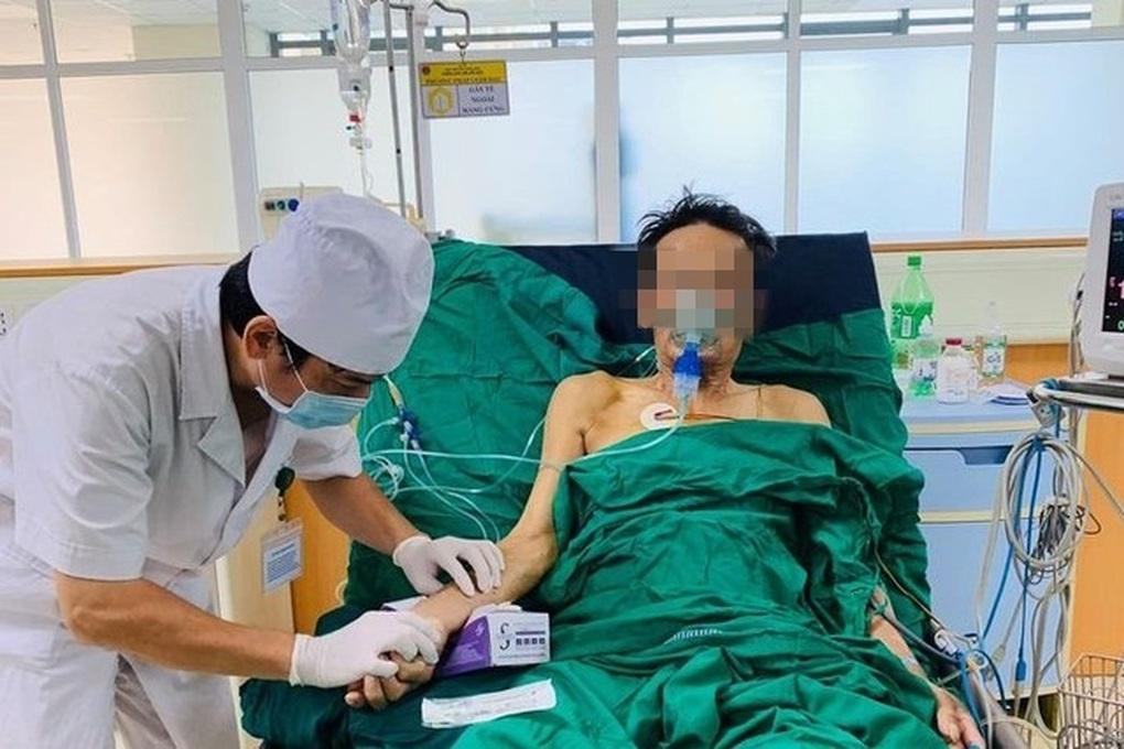 Mổ khẩn cấp cứu người đàn ông ho ra cả nửa lít máu
