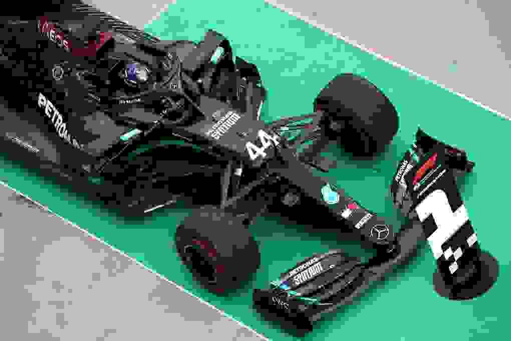 Lewis Hamilton cân bằng kỷ lục với huyền thoại Michael Schumacher