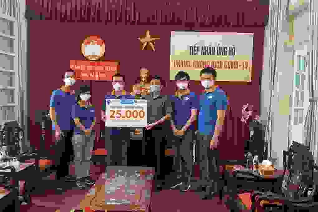 First News tặng khẩu trang, sách cho người dân Đà Nẵng
