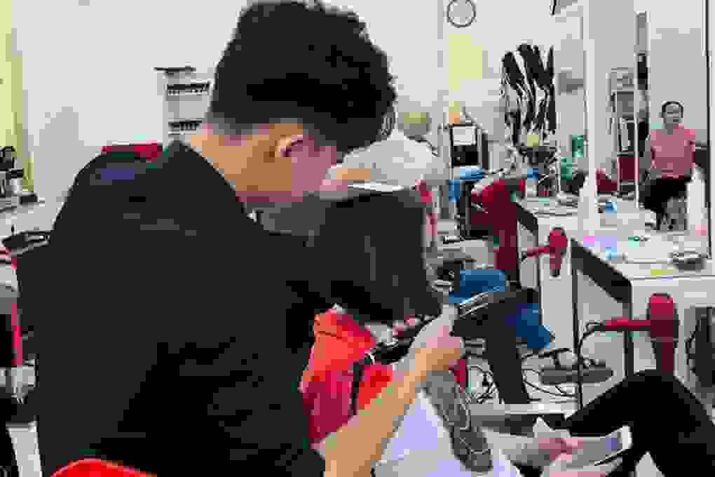 Con khát khao chọn nghề tạo mẫu tóc, mẹ quyết liệt can thiệp