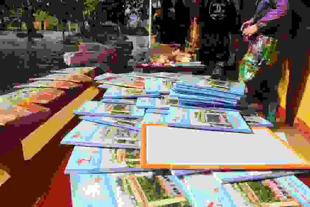Hà Tĩnh: Giáo viên bì bõm lội nước cứu sách vở của học trò