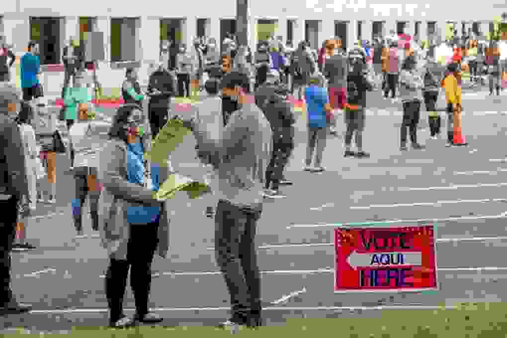 Lo hỗn loạn hậu bầu cử, người Mỹ đổ xô mua súng và giấy vệ sinh