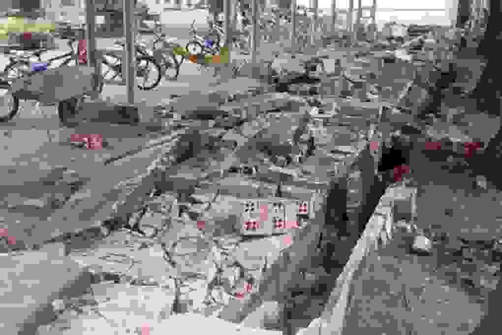 Tường rào trường tiểu học đổ sập đè bẹp 20 xe đạp học sinh