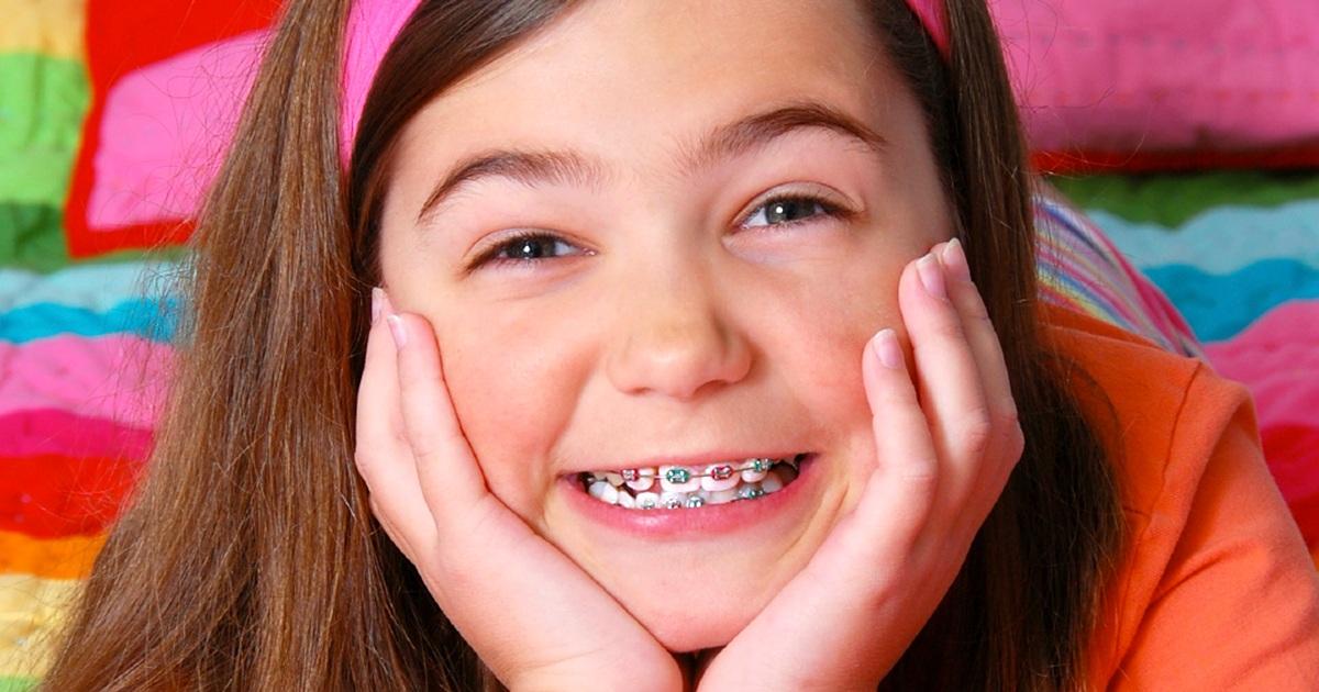 Phụ huynh cần đặc biệt lưu ý đến tình trạng răng miệng của con trẻ để niềng răng kịp thời