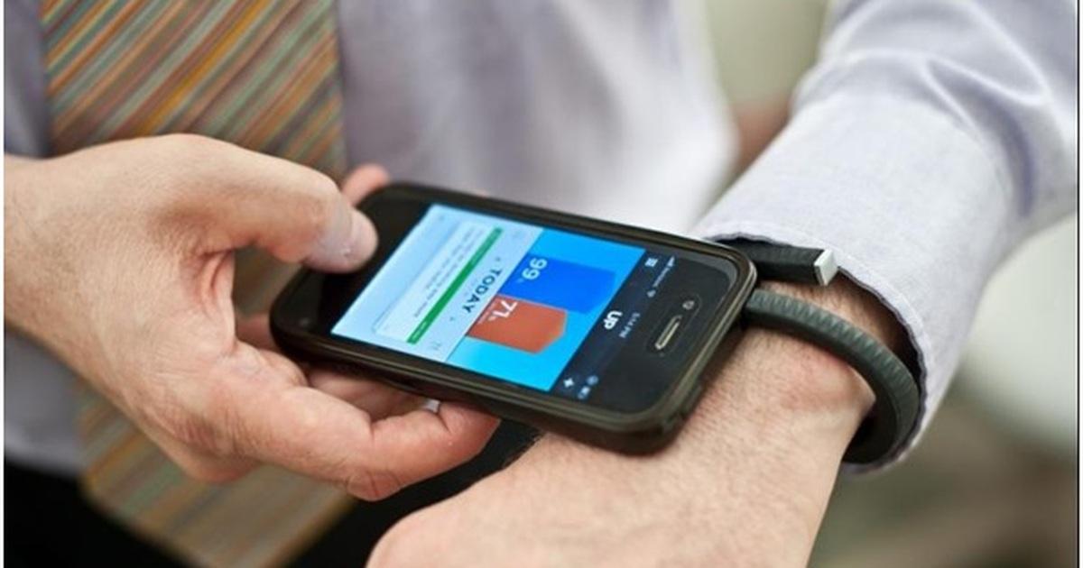 Thiết bị giúp sạc điện thoại bằng… mồ hôi | Báo Dân trí