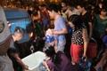 Người dân Hà Nội mang xô chậu, xếp hàng lúc nửa đêm lấy nước sạch miễn phí