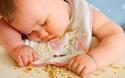 Xem bé ngủ gật trong lúc ăn