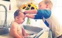 Thư giãn cuối tuần: Chuyện gì xảy ra khi anh lớn chăm em bé