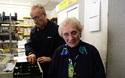 Cụ bà 82 tuổi dùng gậpy đánh cướp