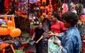 Hàng Mã ngập đồ Halloween ma mị, khách nước ngoài thích thú
