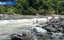 Giáo viên Phillippines vượt 14 khúc sông để tới trường dạy học.