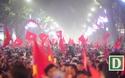 """Hàng nghìn người đổ về hồ Gươm """"đi bão"""" ăn mừng chiến thắng"""
