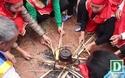 Tạo lửa theo cách cổ xưa để nấu cơm thi ở Hà Nội