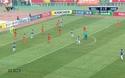 Thủ thành Wang cản cú dứt điểm của Quang Hải ở phút 21
