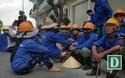"""Phú Yên: Công nhân """"vây"""" trụ sở Ban quản lý để đòi tiền """"mồ hôi, nước mắt"""""""